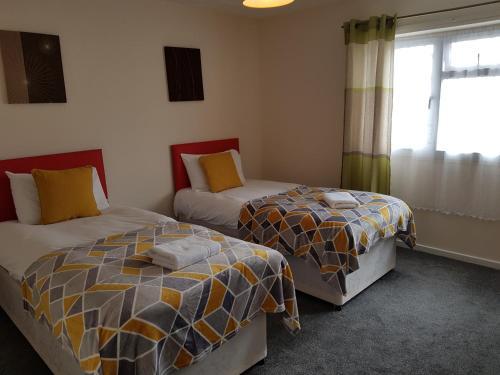 Eddiwick House - Huku Kwetu Dunstable -Spacious 3 Bedroom House- Sleeps 6 - Suitable & Affordable Gr, Central Bedfordshire