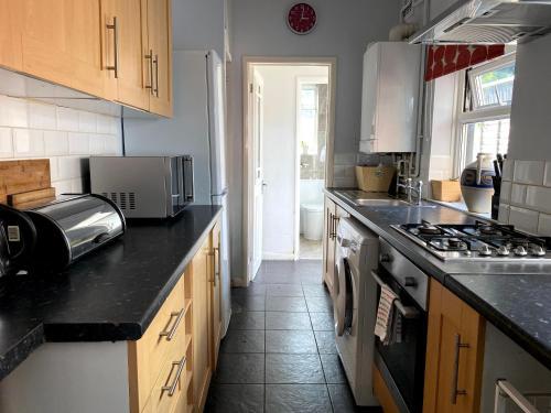 Ferndale House-Huku Kwetu Luton -Spacious 3 Bedroom House - Suitable & Affordable Group Accommodatio, Luton