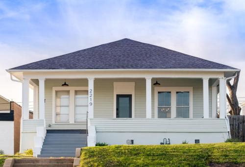 Restored 1930s Uptown Bungalow 2 min. to Magnolia, McLennan