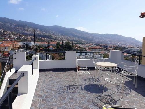 House with 4 bedrooms in Funchal with wonderful sea view terrace and WiFi 4 km from the beach, Funchal
