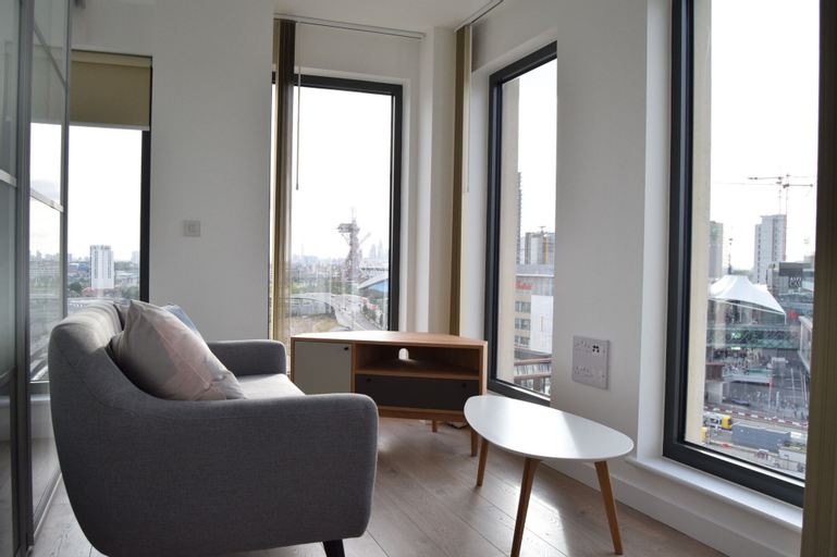Modern 1 Bedroom Apartment With Views in Stratford, London