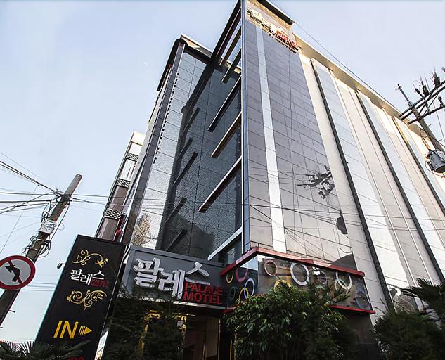 Palace Motel, Dong