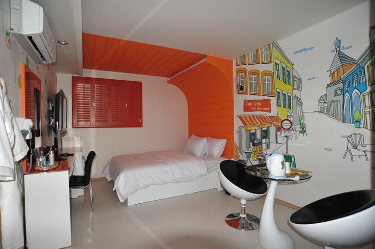 Sharp Hotel, Nam