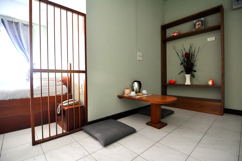 The Living Room Serviced Apartment, Din Dang