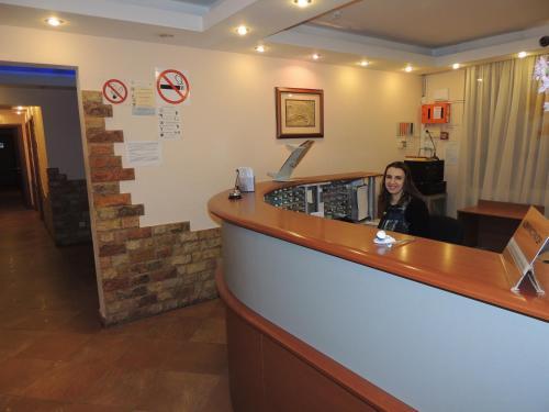 Hotel Sanset, Western