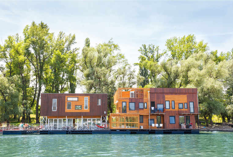 ArkaBarka Floating Hostel and Apartments, Zemun