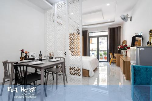 Full House Charm & Chill Suite, Quận 3