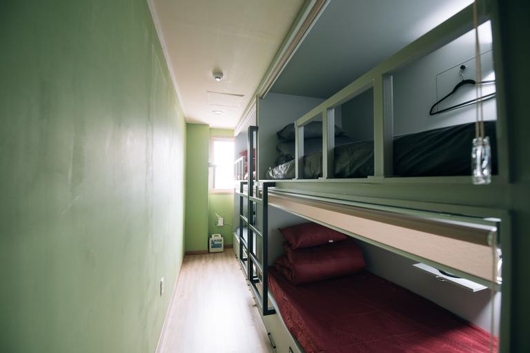 Midtown Hostel, Buk