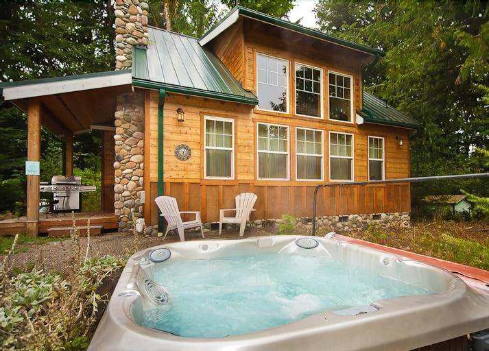 Mt. Baker Lodging Cabin 11 – Hot Tub, BBQ, Sleeps 6! by MBL, Whatcom
