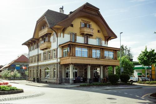Hotel Taverna, Sense
