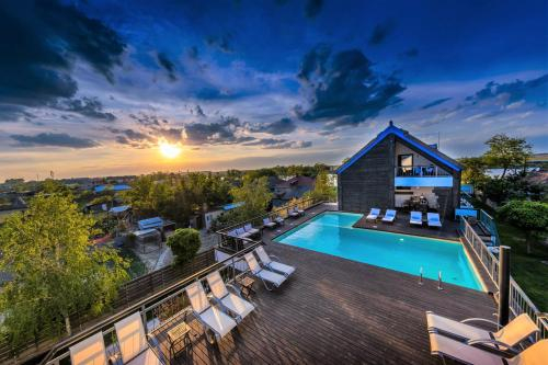 Delta Boutique & Carmen Silva Resort, Crisan