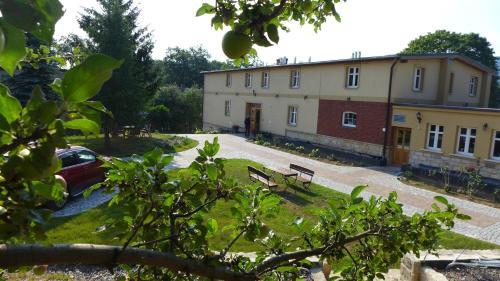 Dom Goscinny Brama Sudecka, Kamienna