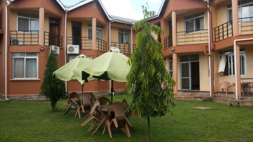 Westcliff Hotel, Lira