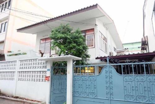 Miss jing hostel bangkok, Din Dang