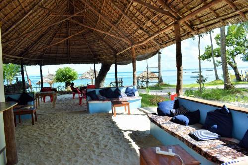 Juani beach bungalows, Mafia