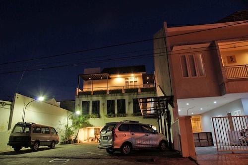 RedDoorz near Plaza Marina, Surabaya