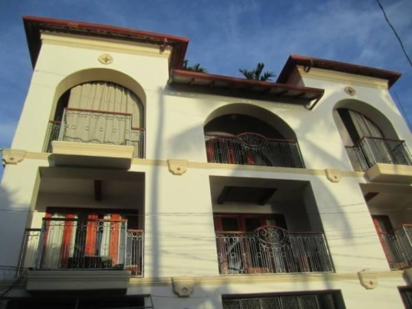 Hotel Alcazar, Tola