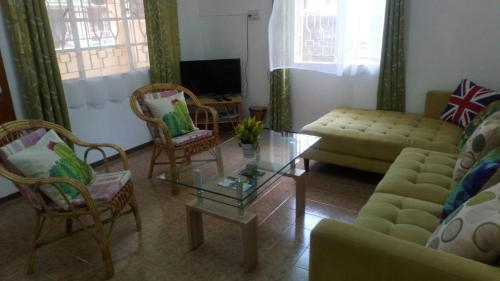 Entire 3 bedroom House - Close Ammenities,