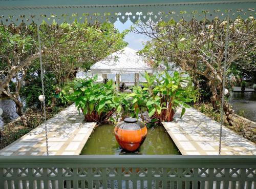 Royal Riverside Villa, Dusit