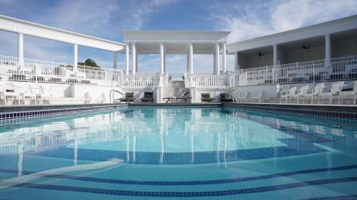 The Grand Resort, Trumbull