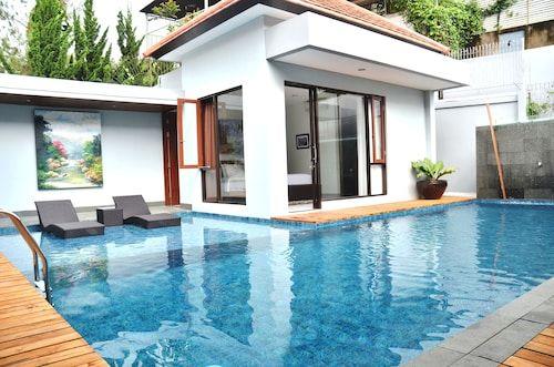 Kencana Villa 7 BR with a private pool, Bandung