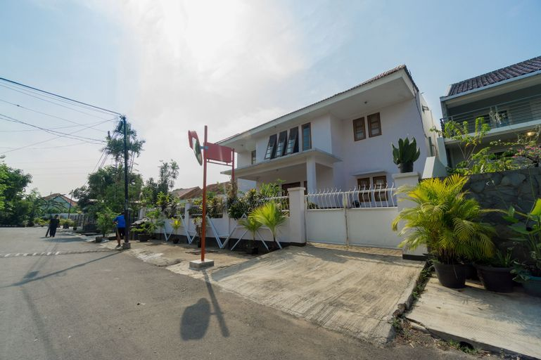 OYO 1941 Aaa Residence Syariah, East Jakarta