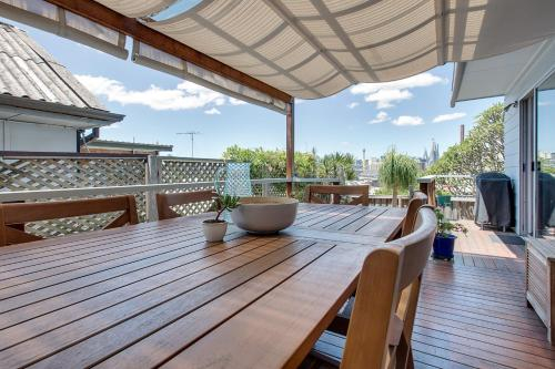 Spacious cottage with views, 10 mins from the city, Leichhardt