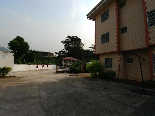 Rose Garden Apartments, Fako