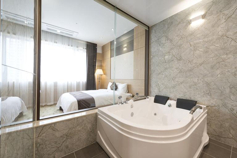Gold River Hotel, Guro