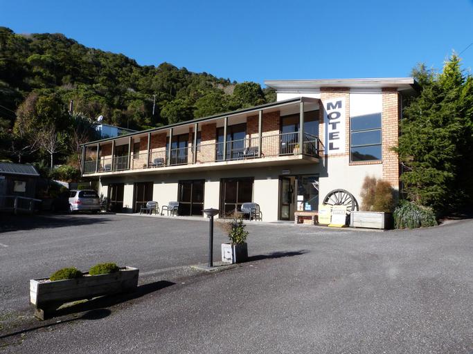 Sundowner Motel, Grey