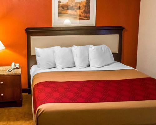 Economy Inn & Suites, Trumbull