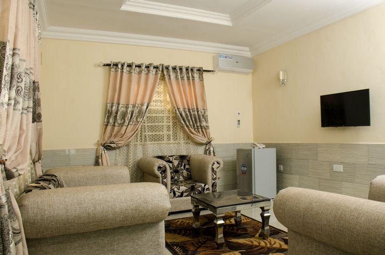 Graceland Inn & Garden, Karu