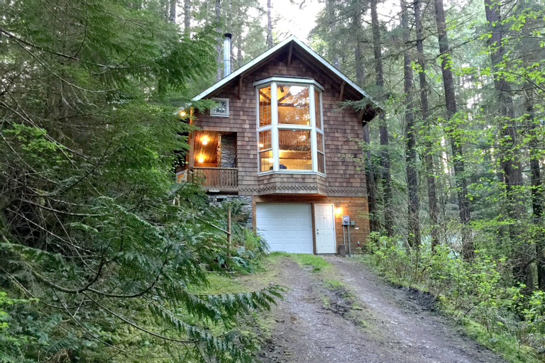 Mt. Baker Lodging Cabin 25 – Hot Tub, WiFi, Sleeps 6! by MBL, Whatcom