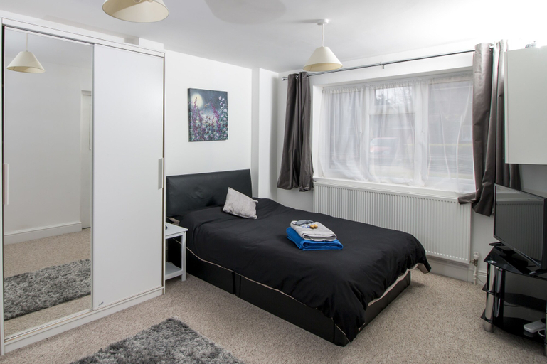 Lovely Rooms in a Quiet Place of Woking, Surrey