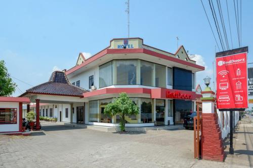 RedDoorz near Kampung Batik Wiradesa, Pekalongan