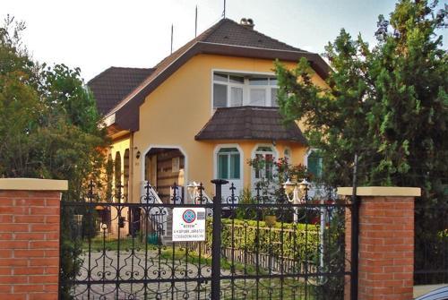 Laci Maganszallashely, Debrecen