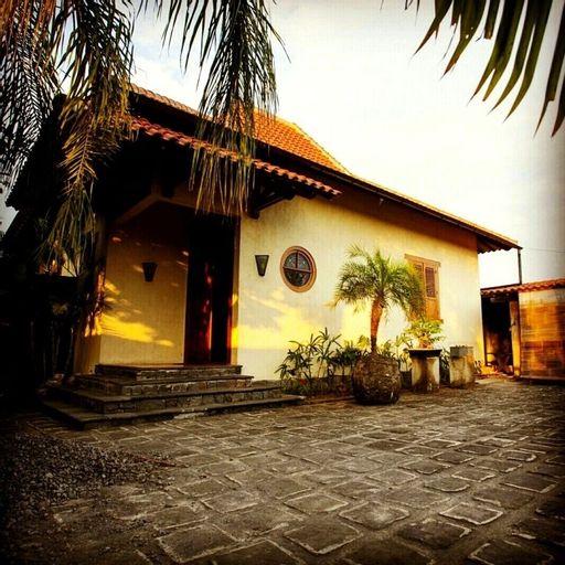 Villa Aquin, Solo