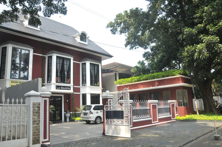 RedDoorz Premium near RS Pondok Indah La Maison, Jakarta Selatan