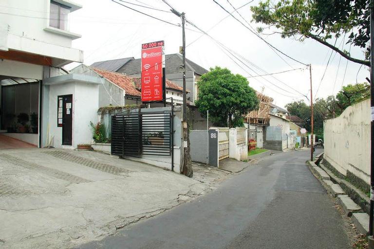RedDoorz near Telkom Corporate University, Bandung