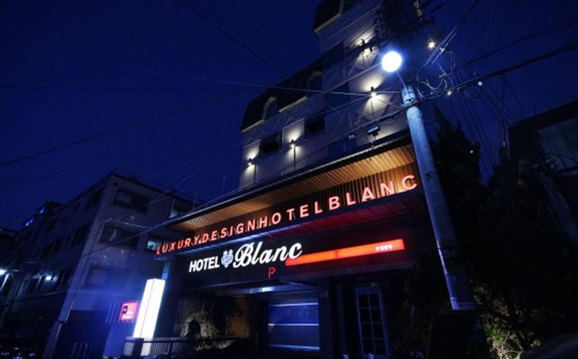 Hotel Blanc, Buk