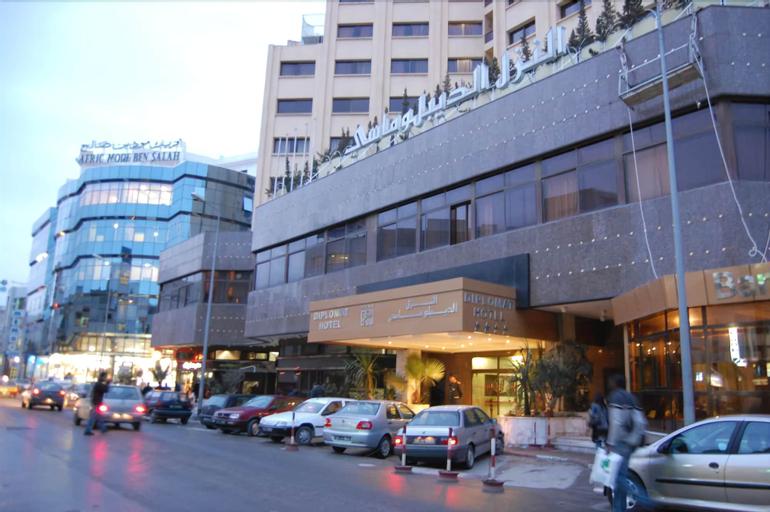 Hotel Diplomat, Bab Bhar