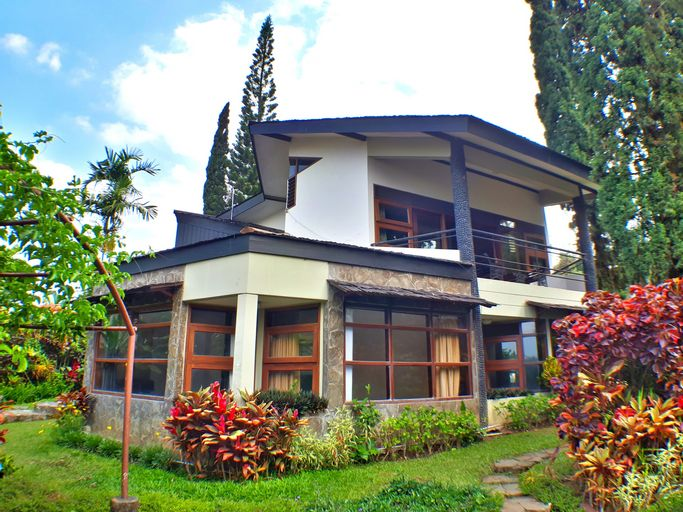 Villa 4 kamar Klub Bunga No. 8 dekat Jatim Park 1, Malang