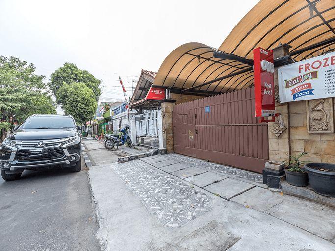 OYO 1082 Kost Arie 1 Near RSIP Persahabatan, East Jakarta
