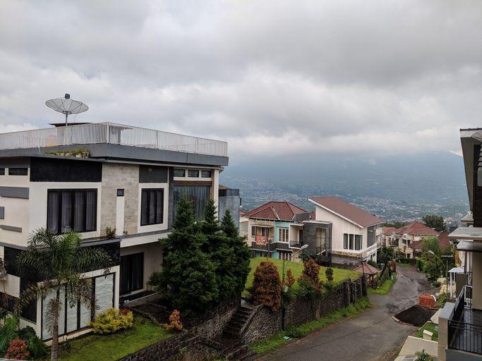 Full House at Villa Pinus View, Malang