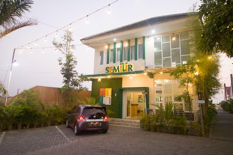 RedDoorz Plus Syariah near Alun Alun Sampang, Sampang