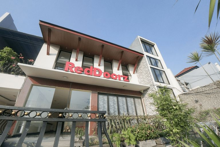 RedDoorz Plus near Green Pramuka Square Mall, Central Jakarta