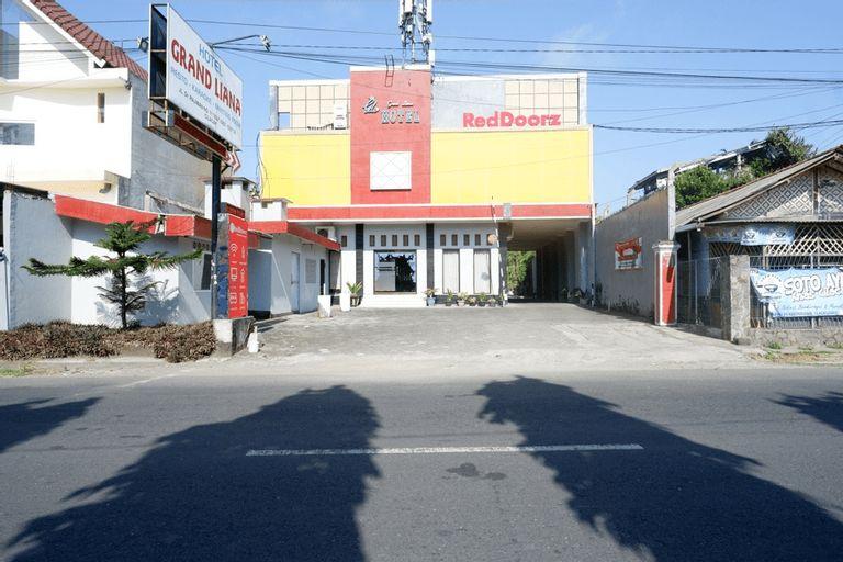 RedDoorz Plus near Stadion Wijaya Kusuma, Cilacap