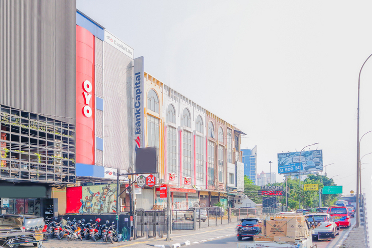 OYO 1850 The Trend Near Rumah Sakit Royal Taruma, West Jakarta