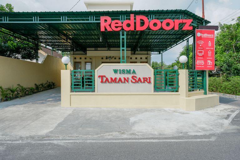 RedDoorz near Stadion 45 Karanganyar, Karanganyar