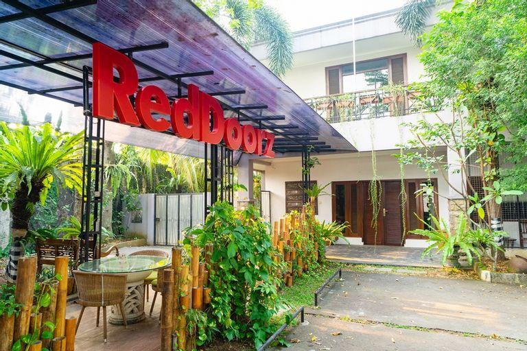 RedDoorz Plus Near One Bell Park Avenue, Jakarta Selatan